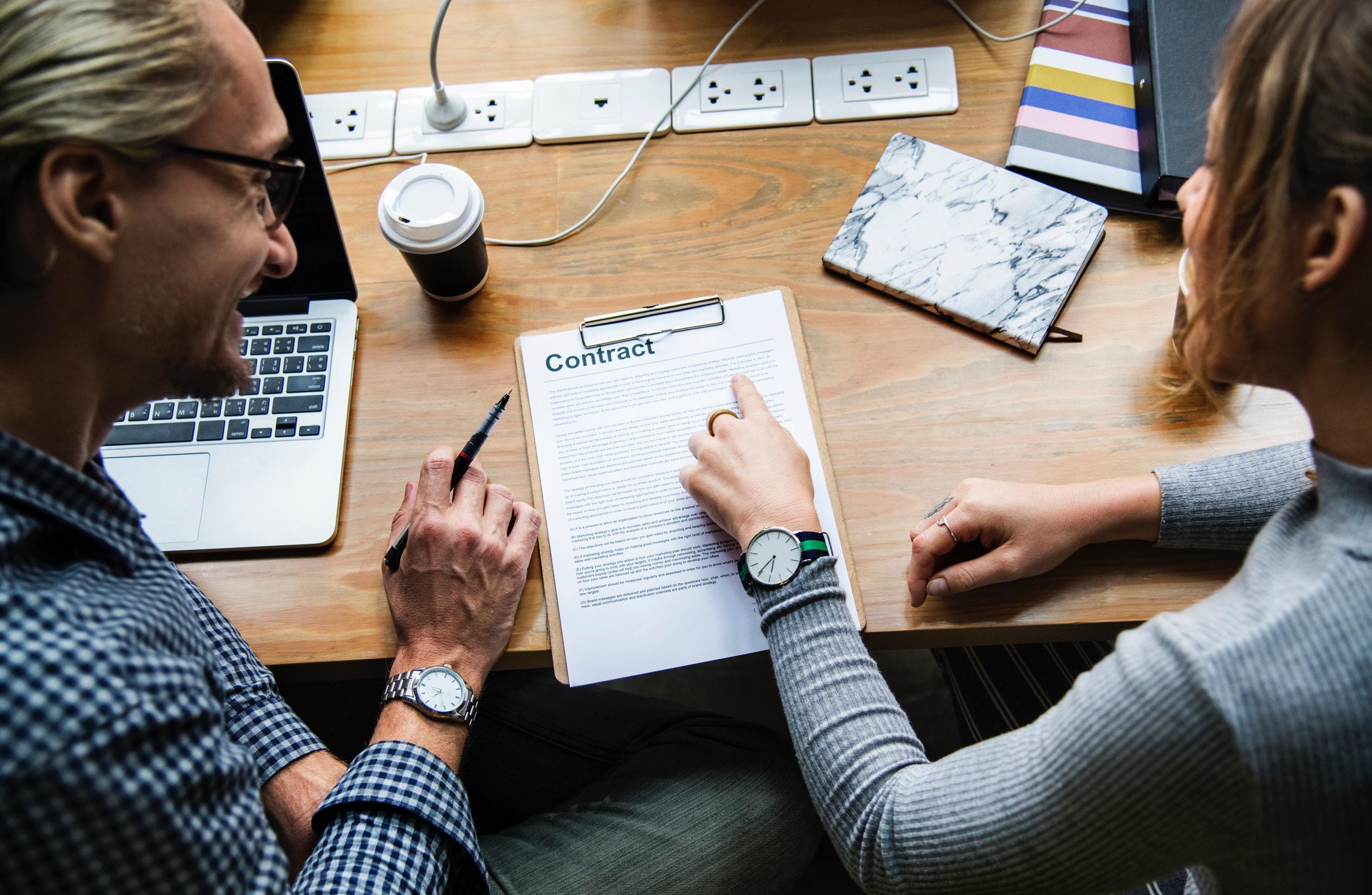 外国人の方を契約社員として雇用する際に注意するべき4つのポイント